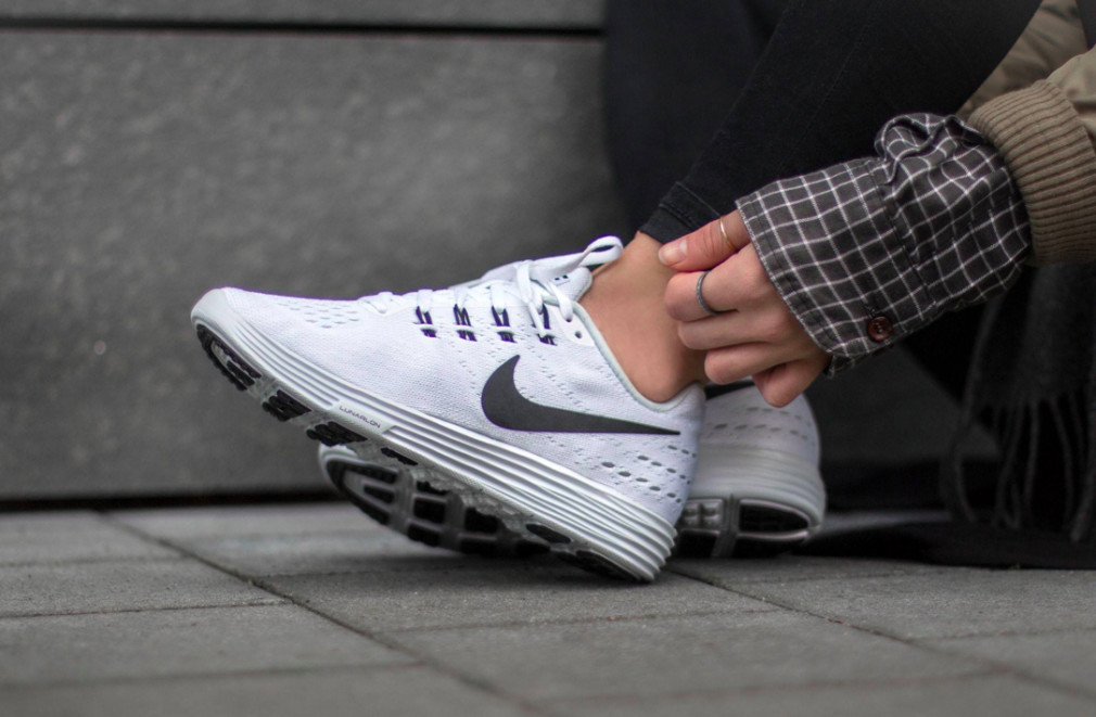 818098-100-Nike-Wmns-LunarTempo-2-01