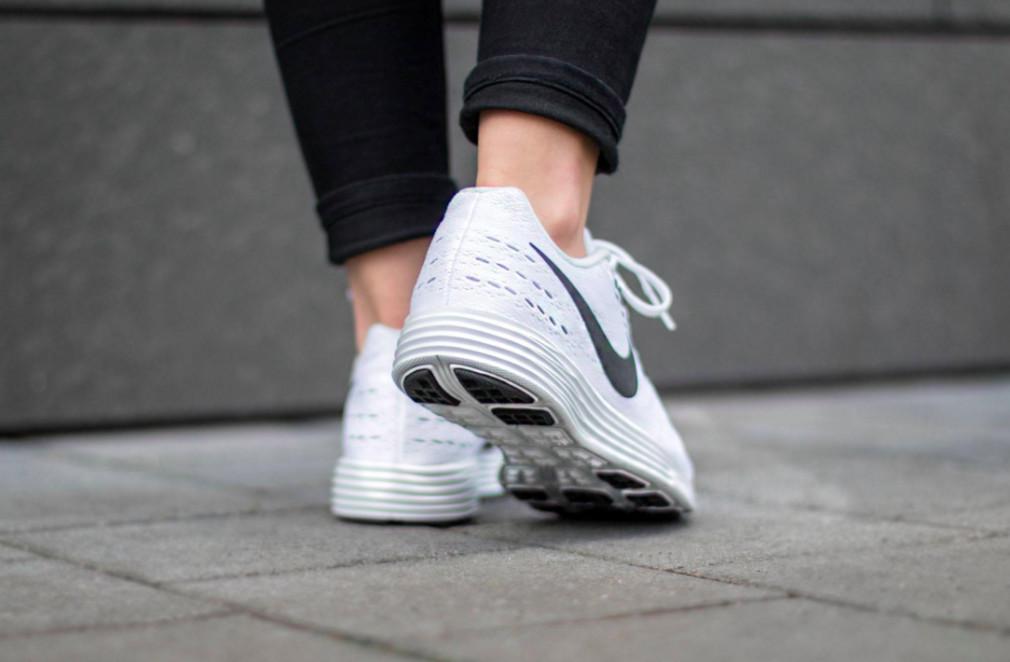818098-100-Nike-Wmns-LunarTempo-2-03