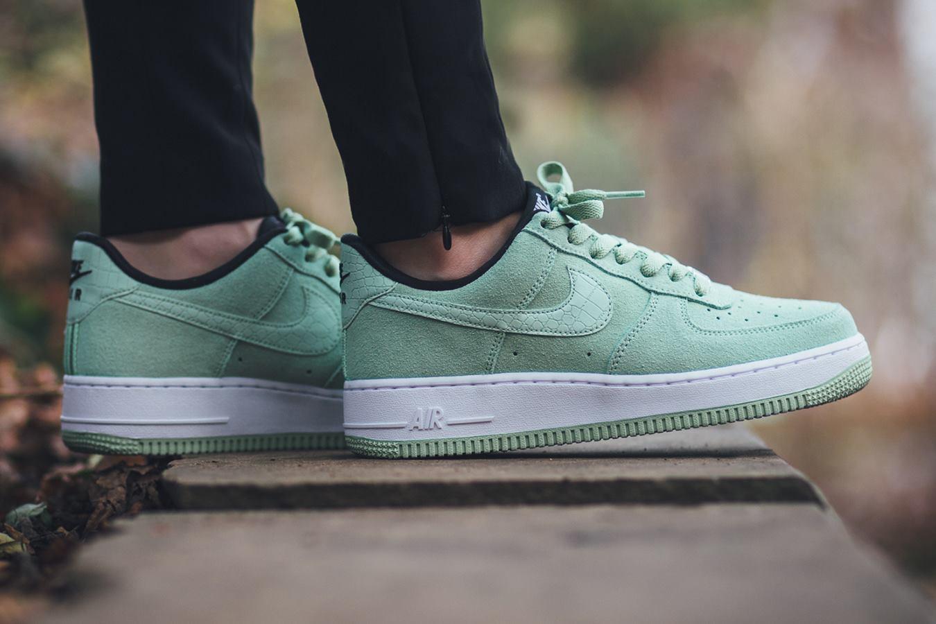 300 Nike Air Force Wmns 07 Enamel Green Seoul Laser Mail