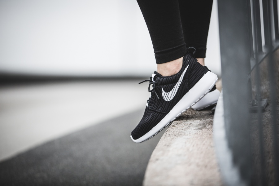 833818-010-Nike-Wmns-Roshe-One-ENG-01