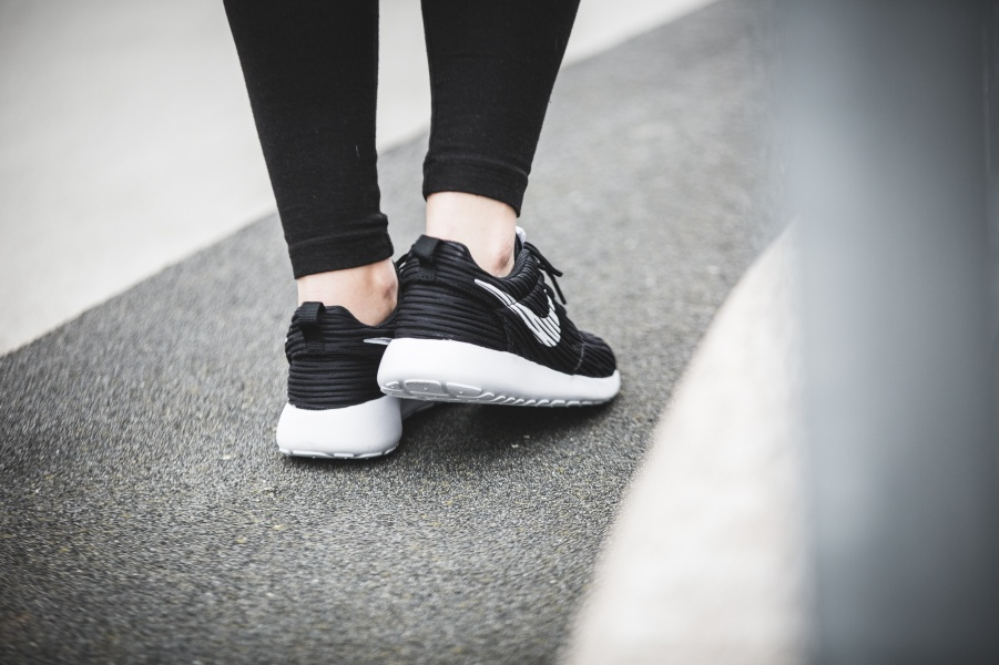 833818-010-Nike-Wmns-Roshe-One-ENG-02