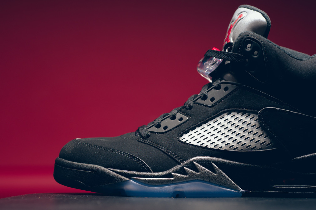 845035-003-air-jordan-5-retro-black-metallic-silver-003