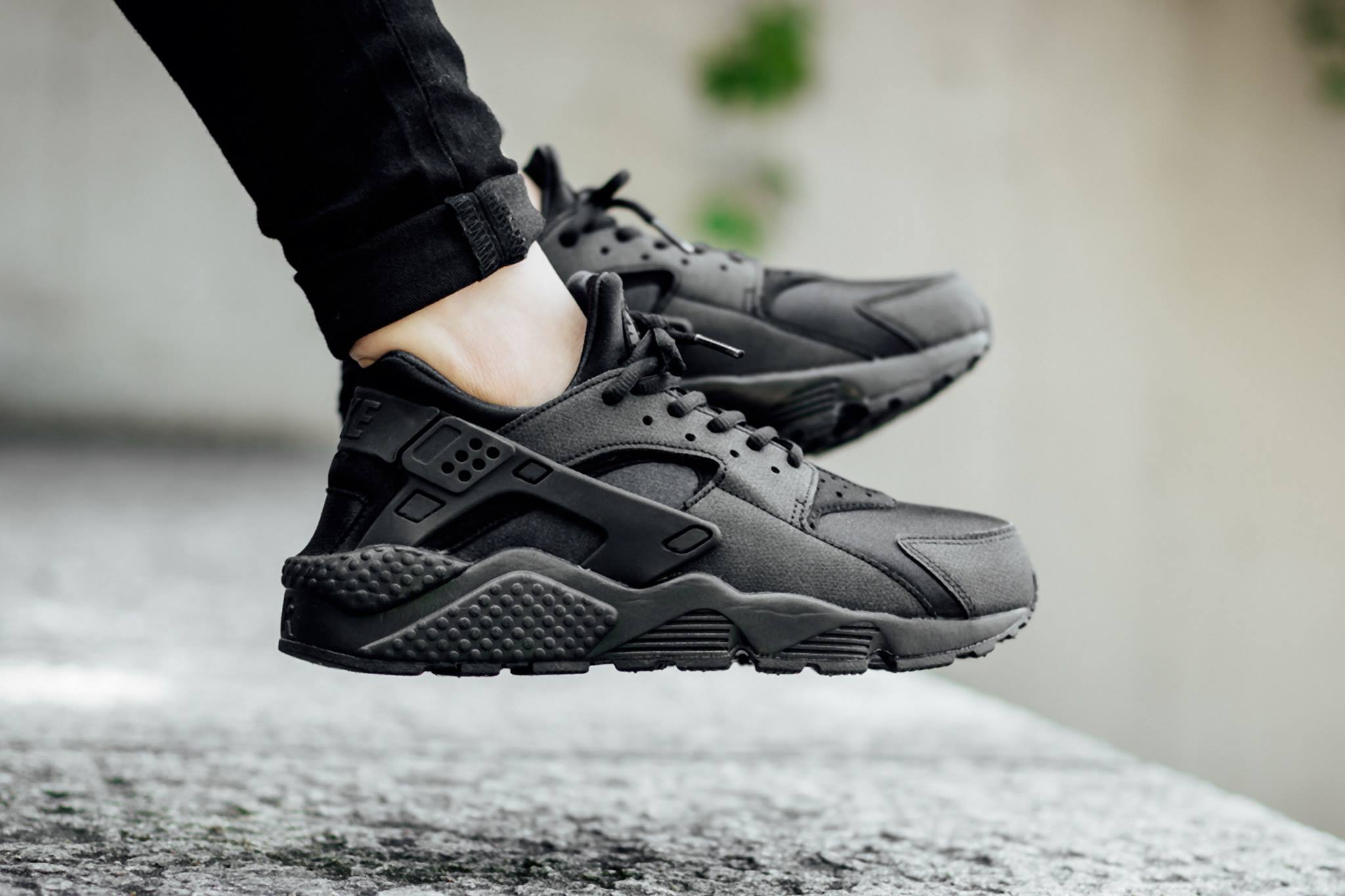 nike wmns air huarache run 39 triple black 39 sneakers addict. Black Bedroom Furniture Sets. Home Design Ideas