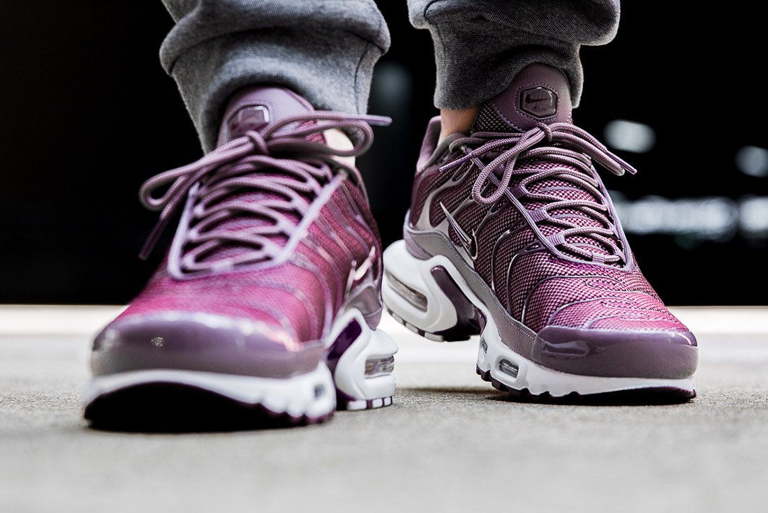 nike air max plus bordeaux now available sneakers addict. Black Bedroom Furniture Sets. Home Design Ideas